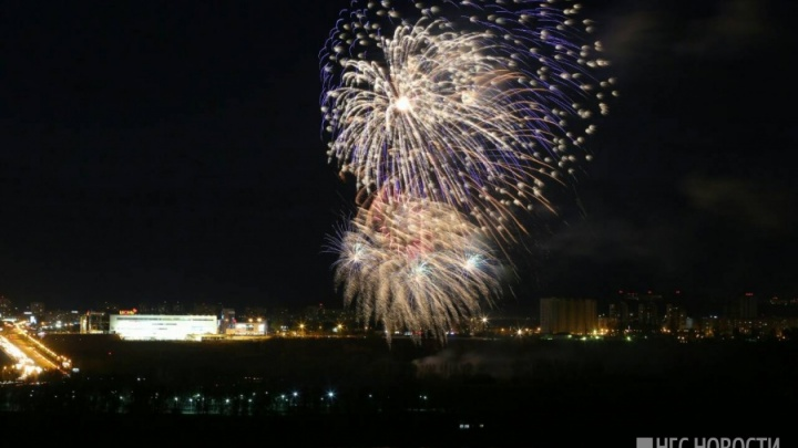 Небо над Красноярском взорвалось салютом в честь 9 Мая. Показываем лучшие кадры