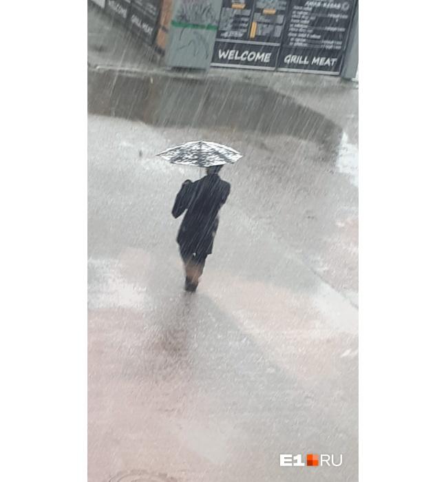 Горожане прятались от града под зонтиками