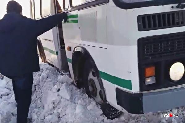 Самостоятельно выбраться из снежного плена водитель автобуса не смог. Понадобилась помощь, ждать которую пришлось больше часа