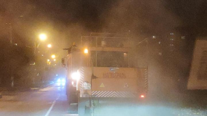 «Очередное очковтирательство»: коммунальные машины устроили пыльную «бурю» во время уборки дорог