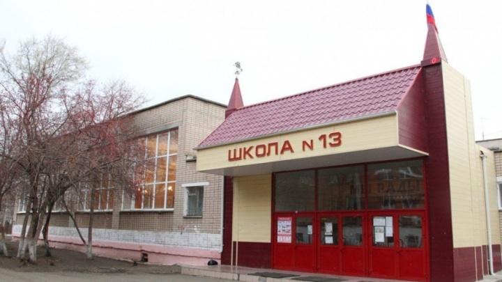 «Приносили сами дети»: директор челябинской школы объяснила, откуда на уроках задачи про убийц