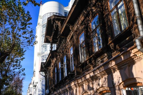 Дом стоит в самом центре города напротив Плотинки