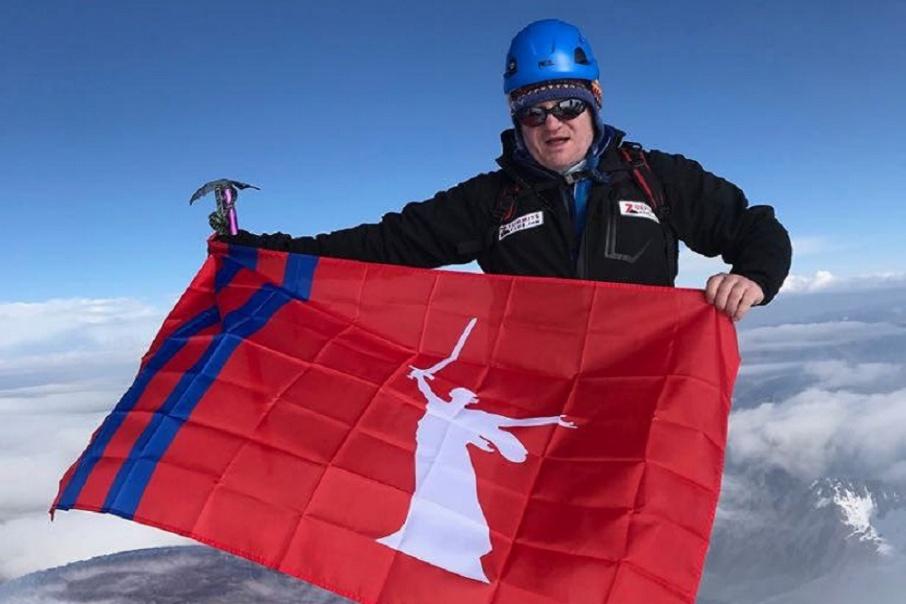 Последние годы политик устанавливал флаги Волгоградской области на горах
