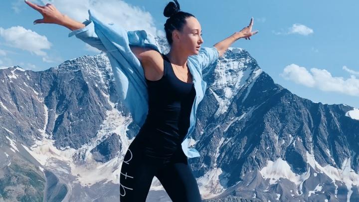 Видео: сибирячка станцевала на вершине Эльбруса