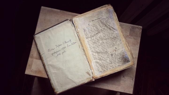 Новосибирец продает старую книгу с необычной судьбой за пять миллионов рублей