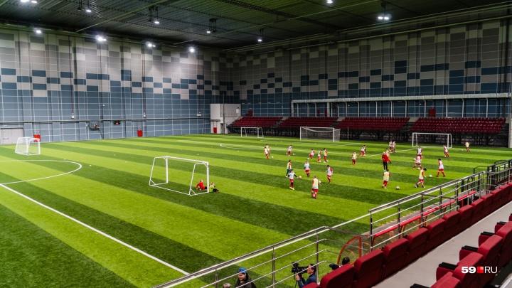 Аварийные балки, ВИП-ложа и полосатый газон: фоторепортаж из футбольного манежа «Пермь Великая»