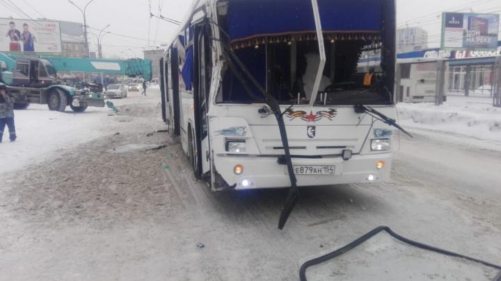 Автобус с пассажирами столкнулся с краном на площади Маркса