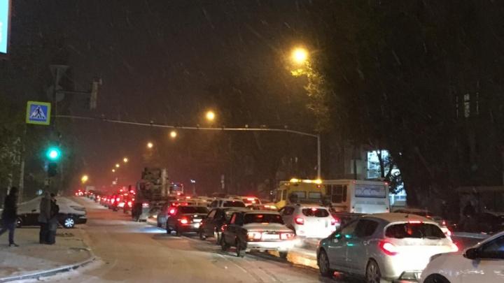 Десятки аварий и нулевая видимость: из-за снегопада вечерний Ростов встал в десятибалльных пробках