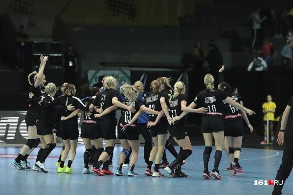 Девочки радуются победе и выходу в финал четырех Лиги чемпионов