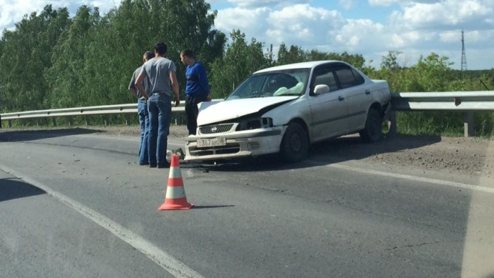 В Богдановиче водители попали в двухкилометровую пробку из-за столкновения легковушки и грузовика