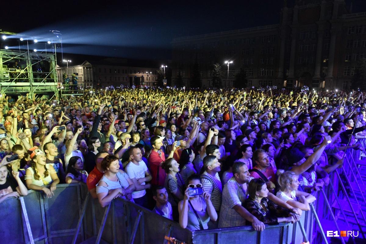 Посмотреть на него пришли тысячи человек