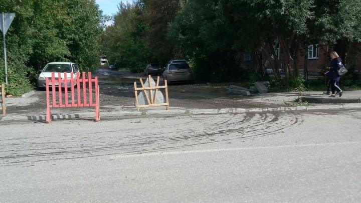 У дороги в Октябрьском районе поставили высокий бордюр — он заблокировал проезд во двор