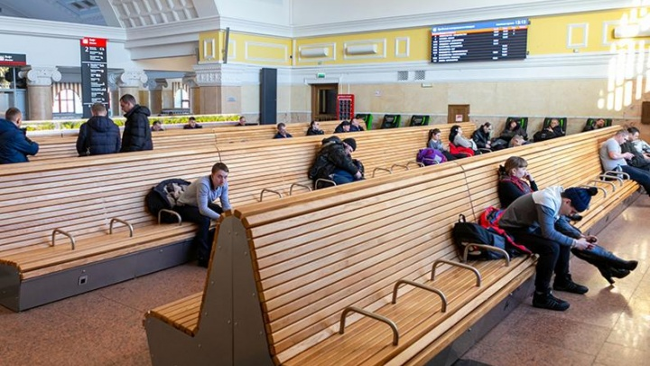«Самый бесчеловечный дизайн»: красноярцы раскритиковали новые сиденья в зале ожидания на ж/д вокзале
