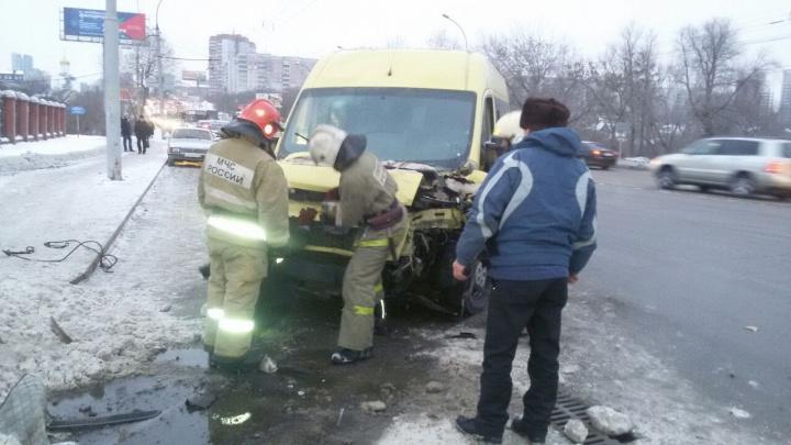 Маршрутка въехала в КамАЗ со снегом недалеко от «МЕГИ»: в больницу попали семь пассажиров