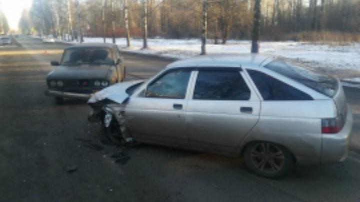 «Фольксваген» и два «ВАЗа»: в лобовом столкновении в Ярославле есть пострадавшие