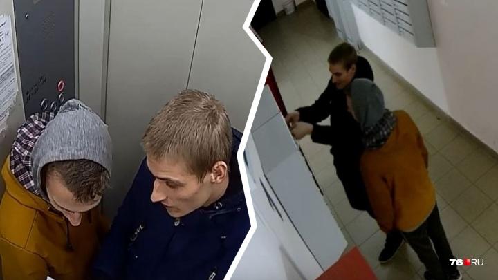 Громят подъезд и пачкают перила фекалиями: в Ярославле ночные вандалы попали на камеру наблюдения