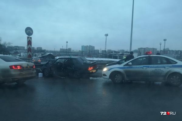 Водитель попал в больницу после столкновения на путепроводе