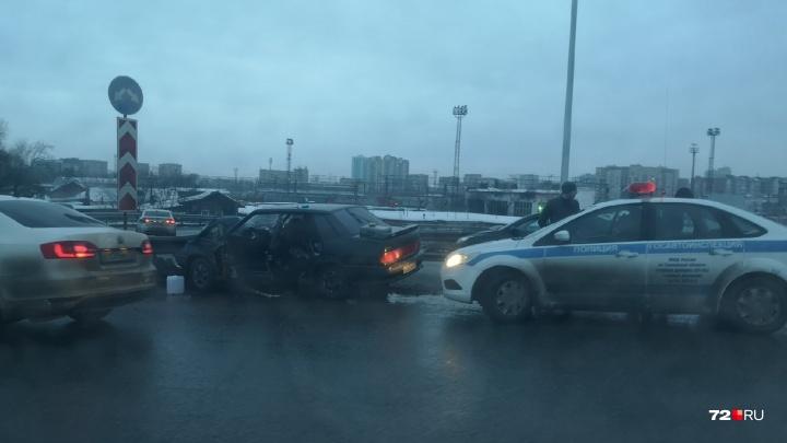 На Стреле водитель Lada влетел в отбойник после попытки скрыться с места ДТП