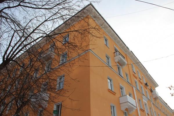 В доме на Урицкого, 12 возобновился ремонт крыши