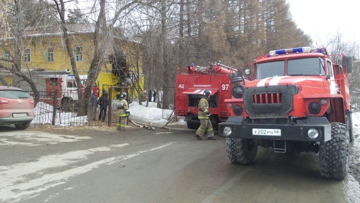 На Уктусе загорелось здание психиатрической больницы
