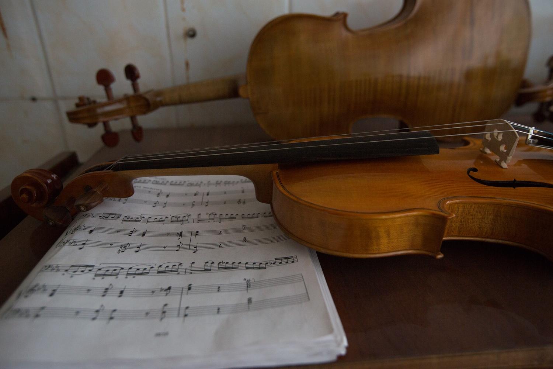 Инструменты он делает полностью вручную — за исключением струн