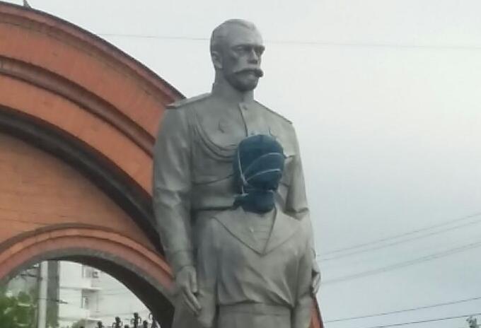 Памятник Николаю II и цесаревичу Алексею утром 1 августа