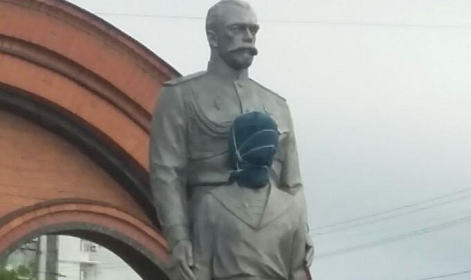 Памятник в мешке: голову памятника цесаревичу Алексею испортил неизвестный новосибирец