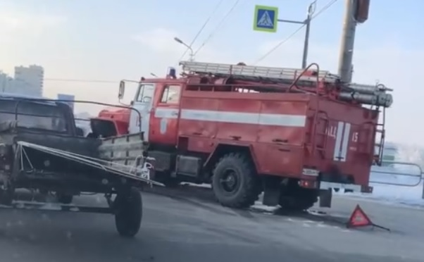 В Кургане столкнулись иномарка и пожарная машина, которая ехала на вызов