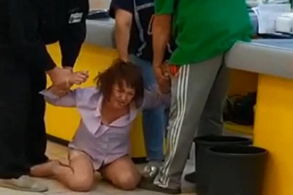 Женщину около кассы жестоко таскали за волосы