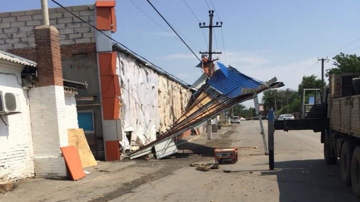 «Это был настоящий смерч»: ураган в донском поселке срывал с домов крыши и ломал деревья