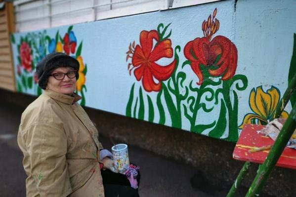Женщина рисует водостойкими красками и каждый год обновляет рисунок, чтобы он оставался ярким и красивым