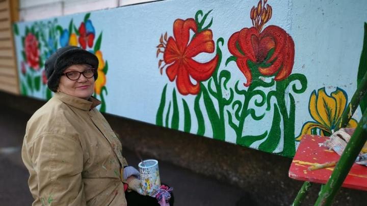 Учительница физкультуры на пенсии каждый год разукрашивает цветами свой балкон по улице Республики