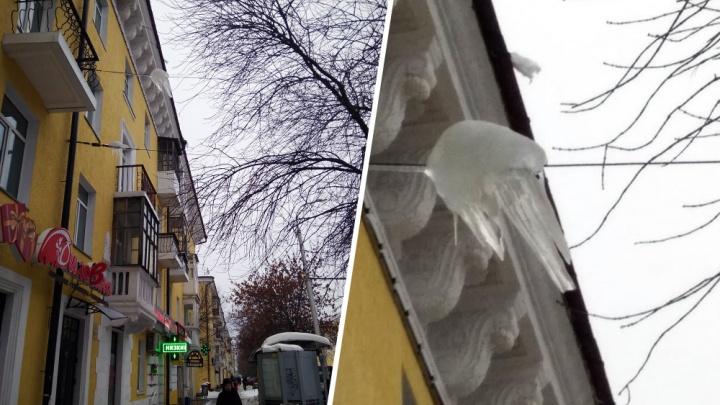 «Глыба больше недели висит над тротуаром»: уфимка рассказала об опасной сосульке на крыше