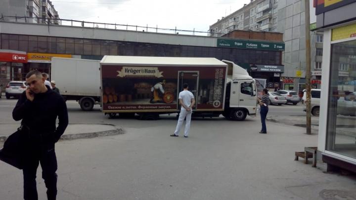Грузовик с пивом провалился в яму на улице Кропоткина