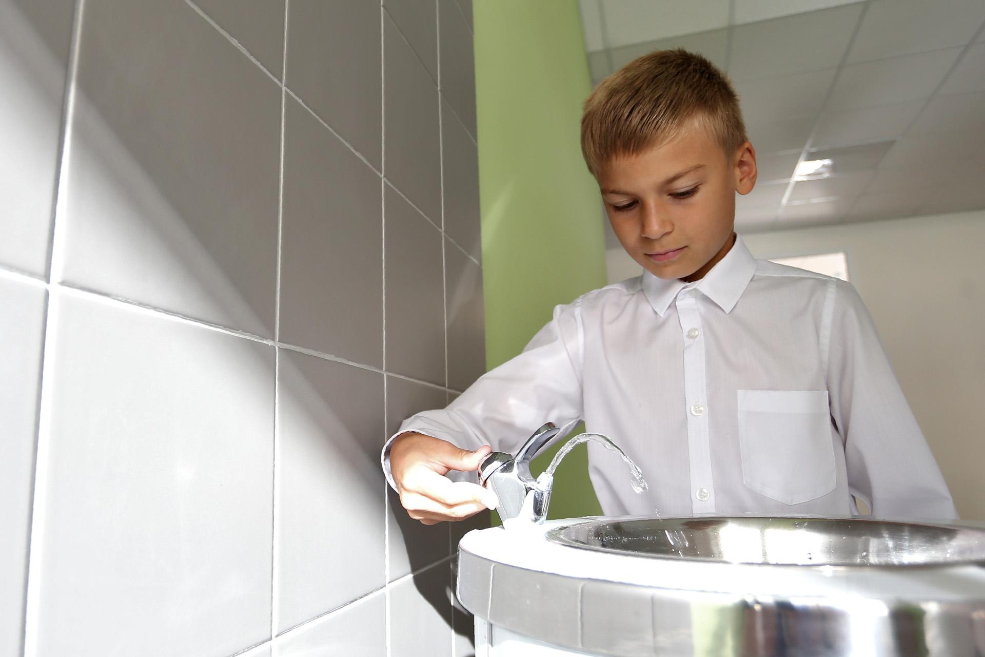 Всё новое — хорошо забытое старое, родители наверняка помнят питьевые фонтанчики в своих школах