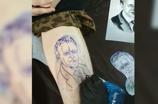 Молодой красноярец набил портрет губернатора Усса на ляжке в знак уважения