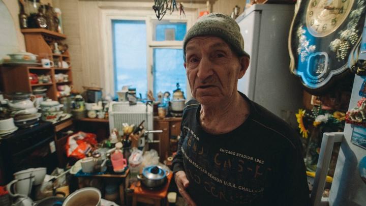 Гора посуды и тараканы. История тюменского «плюшкина», который завалил квартиру вещами с помойки