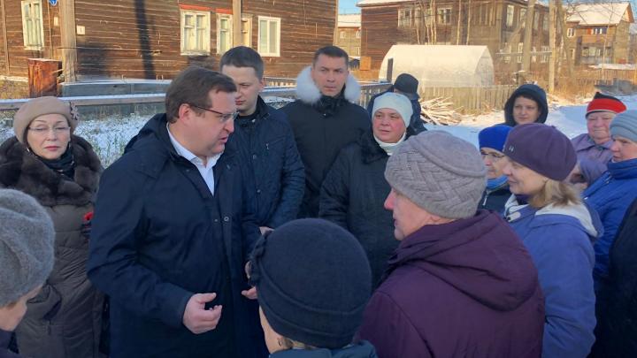 Трубы, баня, дороги: жители Бревенника пожаловались депутату Госдумы на свои проблемы