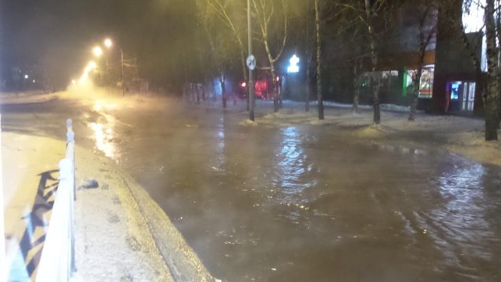 """Глубина около 30 сантиметров"": из-за прорыва трубы затопило улицу Бардина"