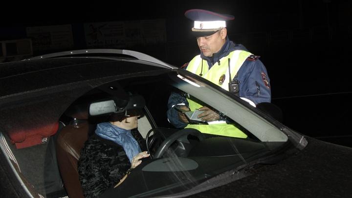 Всех водителей обязали надевать специальные жилеты при выходе из машины на трассе ночью