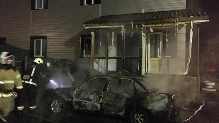 Тюменские пожарные приехали тушить горящую Daewoo Nexia, а спасли здание за 10 миллионов рублей