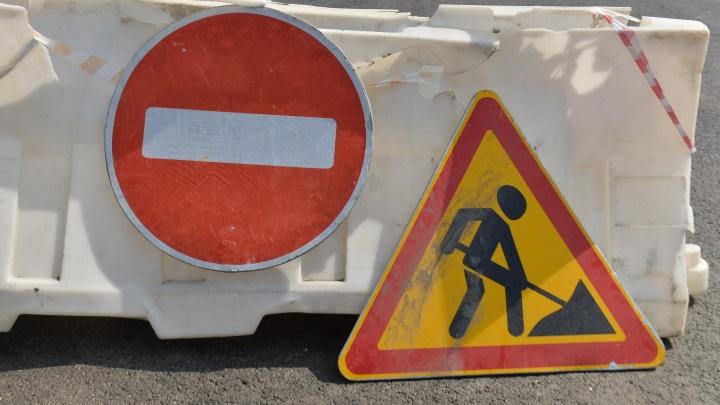 Коммунальщики перекрыли улицу на Уралмаше из-за аварии