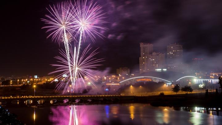 Яркие шары и небесные сердца: 74.ru собрал самые крутые кадры праздничного салюта
