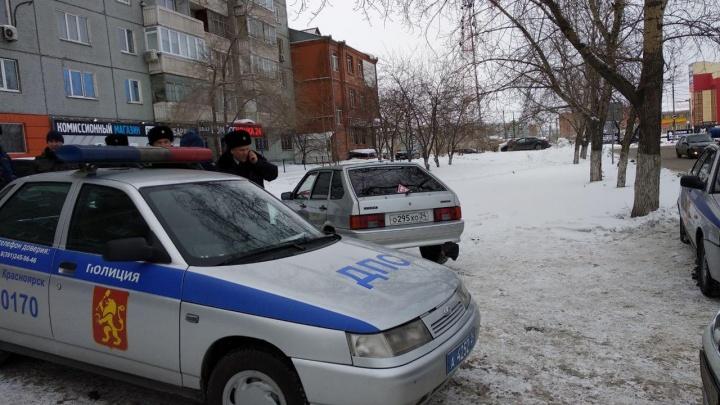 Водитель без прав на тонированном авто сдал инспектора, намекавшего на взятку