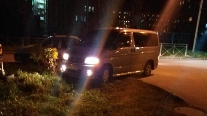 Двое новосибирцев подрались из-за припаркованной на газоне машины
