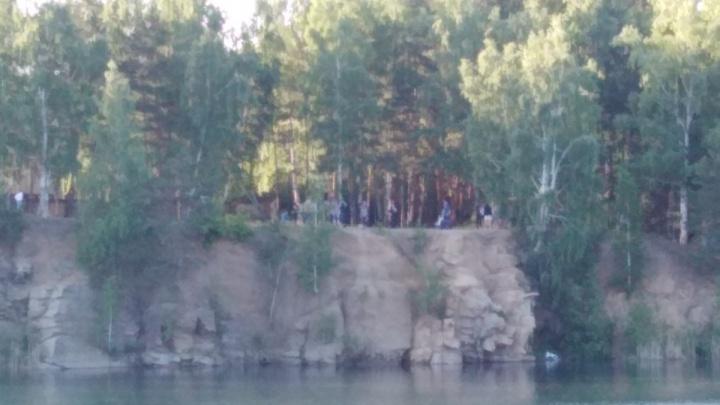 Челябинские водолазы достали из Голубого карьера тело утонувшего юноши