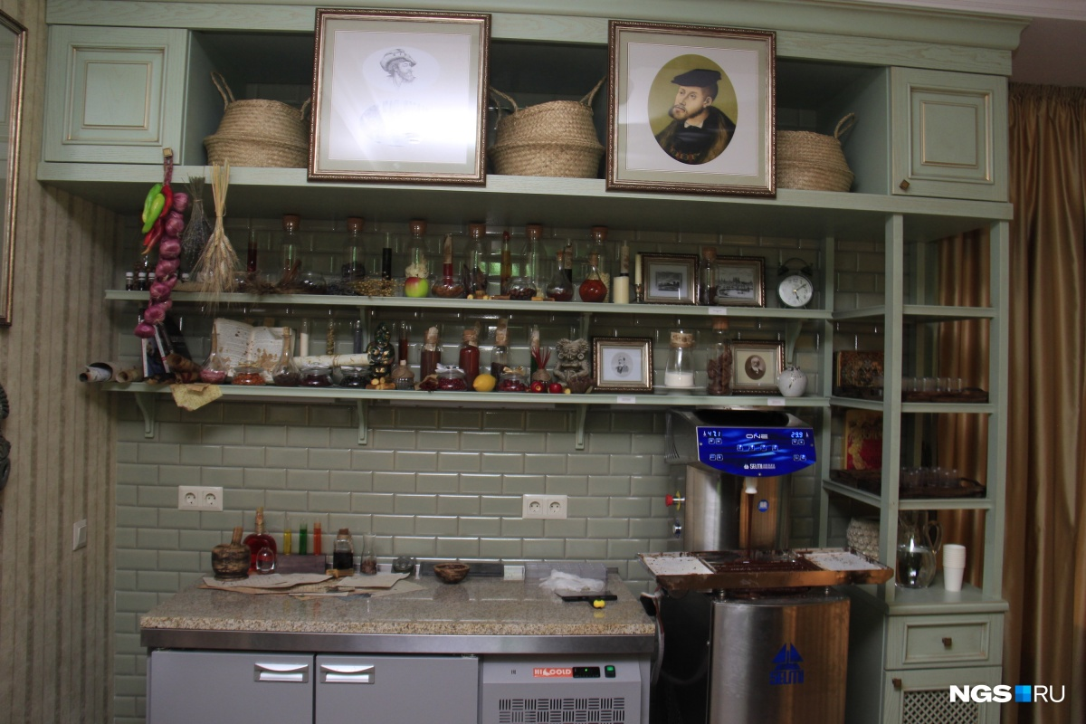 Кроме магазина в «Шоколадном доме» есть комната для экскурсий, где рассказывается история шоколада в целом и династии Бриль — в частности