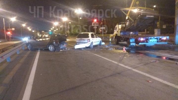 Пьяный водитель ВАЗа собрал три машины в ночной аварии на Металлургов