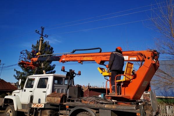 Работа по восстановлению электроснабжения продолжалась и ночью, чтобы как можно скорее устранить повреждения в основной сети и вернуть свет в дома сибиряков