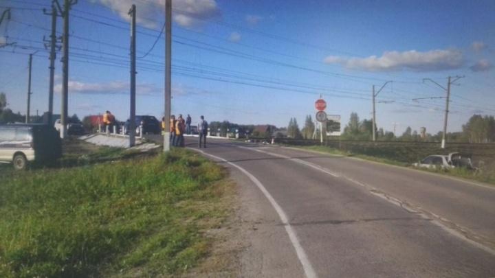 Mazda наехала на железнодорожные пути и перевернулась — двое погибли